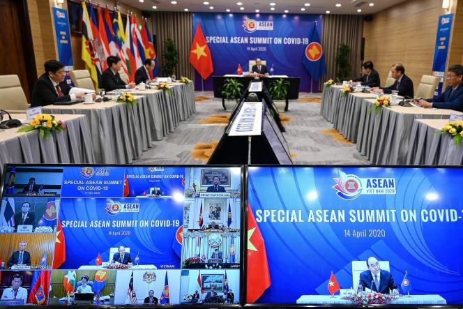 Le premier ministre vietnamien Nguyen Xuan Phuc (au centre), lors d'une vidéoconférence sur l'épidémie de l'Association des nations de l'Asie du Sud-Est (Asean, le 14avril.