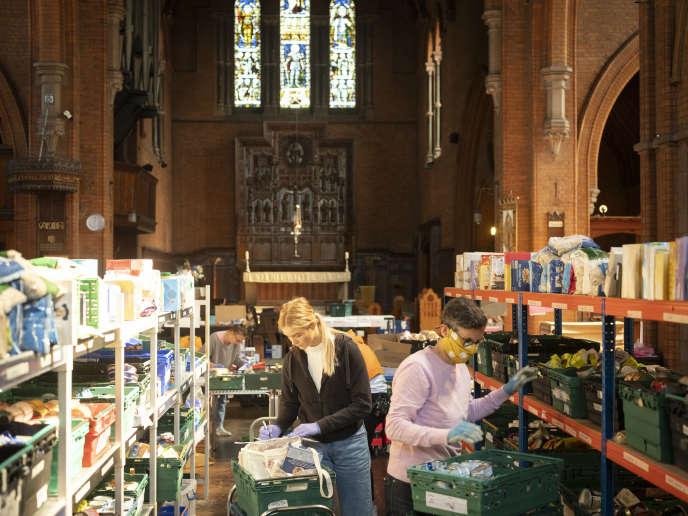 Des bénévoles ordonnent des produits de première nécessité à la banque alimentaire de Norwood et Brixton, dans le sud de Londres, le 20 avril.