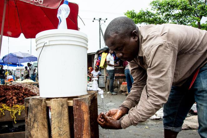 A Dar es Salaam, capitale de la Tanzanie, le 16 avril 2020, les marchés continuent d'être très fréquentés. Aucune emsure de confinement n'a été prise pour lutter contre la propagation du coronavirus.