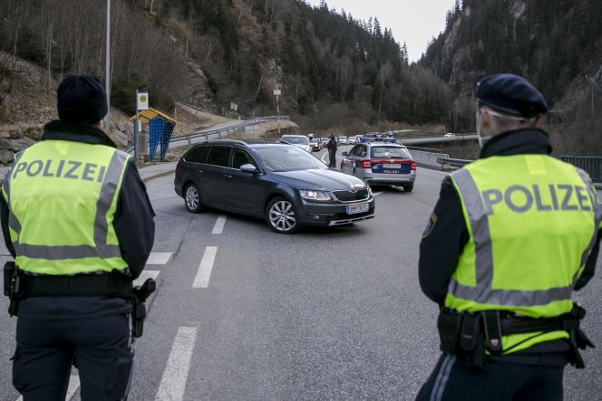 La police empêche les voitures de sortir de la vallée de Panznautal, près d'Ischgl, en Autriche, le 13 mars, après l'imposition d'une quarantaine.