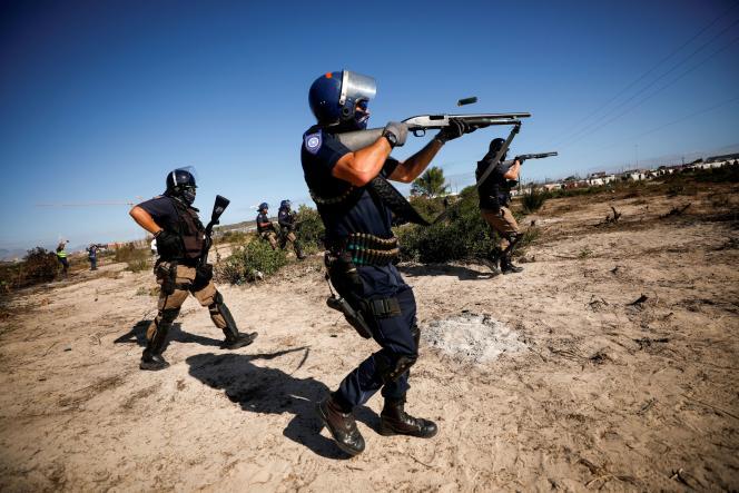 Des policiers sud-africains tentent de fairee appliquer le confinement dans le township deKhayelitsha, au Cap, le 21 avril 2020.