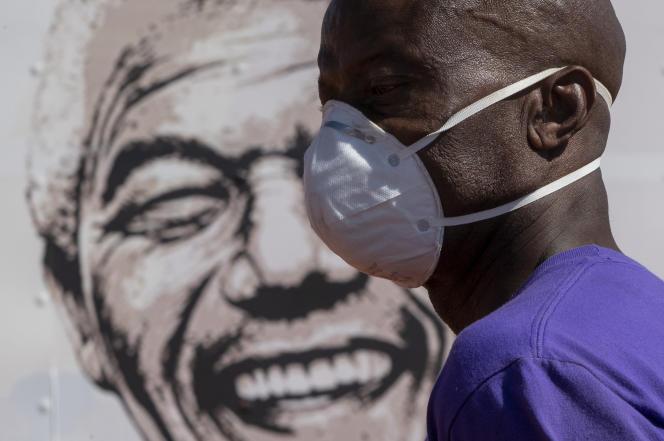A Johannesburg, en Afrique du Sud, le 21 avril 2020, lors d'une campagne contre le Covid-19.