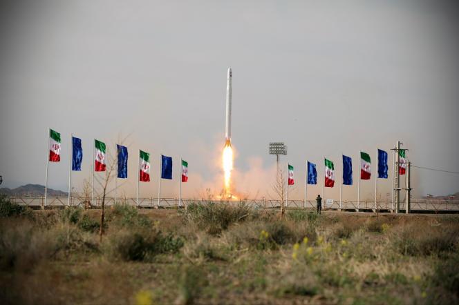 La télévision d'Etat a diffusé des images de ce qu'elle a présenté comme étant le satellite monté sur une fusée au moment du lancement, mercredi 22 avril.