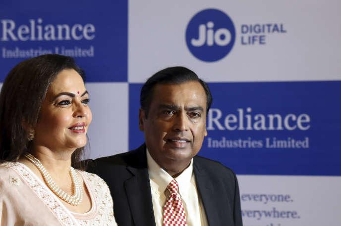 Mukesh Ambani, PDG de Reliance Industries Limited,et sa femme Neeta Ambani, le 12 août 2019, à Bombay.