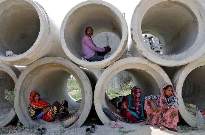 A Lucknow, captitale de l'Etat de l'Uttar Pradesh (Nord), des travailleurs migrants revenus dans leur ville natale s'abritent où ils peuvent.