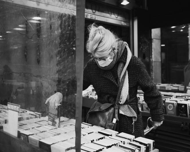Devant une librairie parisienne le 14 mars, deux jours avant la fermeture pour cause de pandémie de Covid-19.