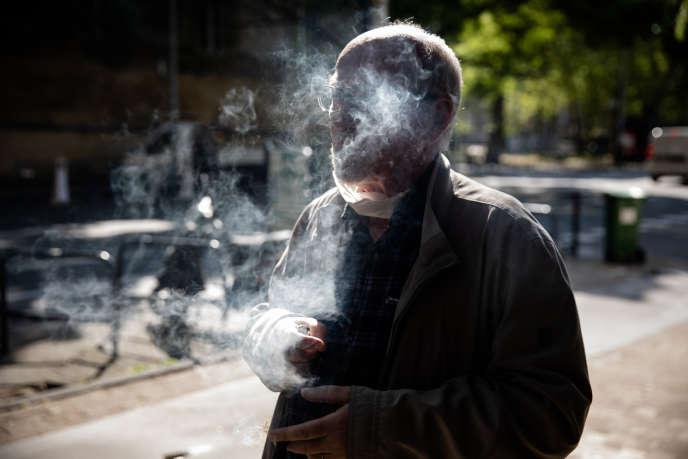 Un client du bureau de tabac Le Fumoir de la Régence, à Bordeaux, le 14 avril.