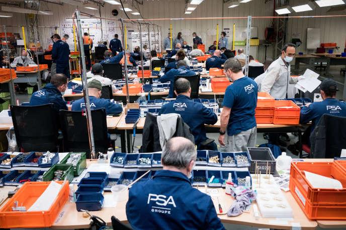 Des employés volontaires assemblent la partie mécanique des respirateurs à l'usine PSA de Poissy (Yvelines), le 22 avril.