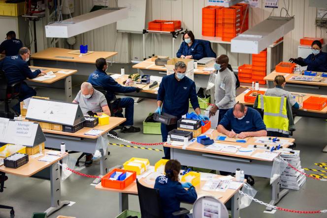 A l'usine PSA de Poissy, le 22 avril. En partenariat avec Air Liquide, les employés volontaires assemblent des respirateurs, en respectant des consignes strictes dedistanciation.