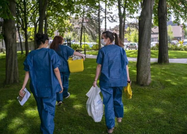 Le 21 avril, à l'hôpital de la Pitié-Salpêtrière à Paris, une équipe de bénévoles Covisan part pour une intervention à domicile.