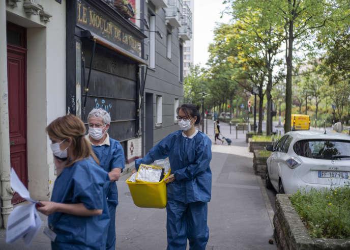 Une équipe de bénévoles du dispositif «Covisan» en partance pour une visite àdomicile, à Paris, le 21 avril.