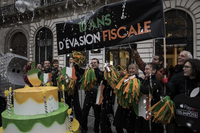 Des militants d'Attac France protestent devant le siège d'Apple, à Paris, le 3 novembre 2017.
