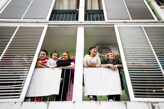 A Montpellier, des habitantes de la cité Gély, quartier gitan situé près du centre-ville.