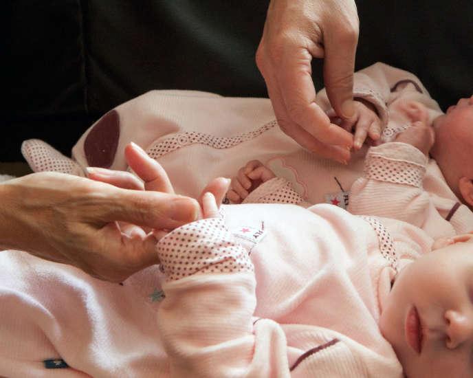 Un couple de Français avec leurs jumelles nées par GPA en Ukraine, le 14 avril 2011.