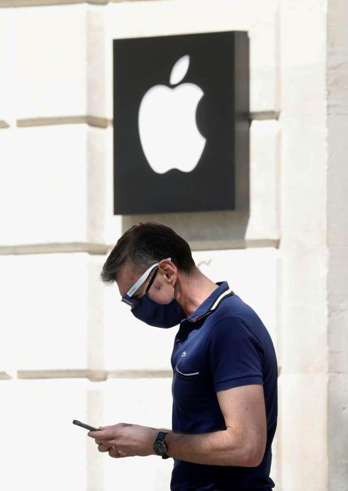 Le 10 avril, Google et Apple ont annoncé faciliter le suivi de contacts en modifiant leur système d'exploitation de téléphone qui « contrôle » les signaux Bluetooth, afin d'améliorer les mesures de distance.