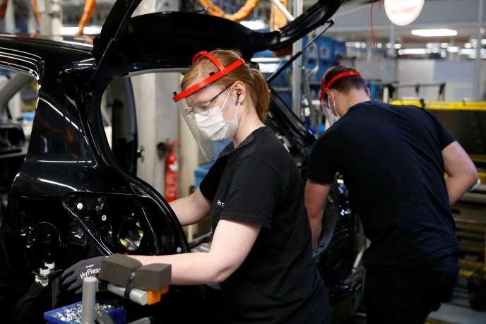 Dans l'usine d'assemblage Toyota à Onnaing (Nord), près de Valenciennes, où le travail a repris le 21 avril.