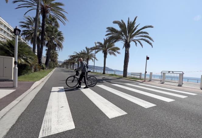 Un cycliste à Nice, le 23 avril 2020.