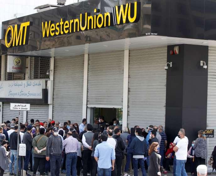 Devant un bureau de Western Union, à Beyrouth (Liban) le 23 avril.