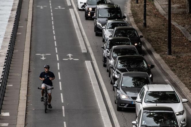 Le 13 septembre 2019, un cycliste passe à côté d'un embouteillage sur les berges de la Seine, à Paris.