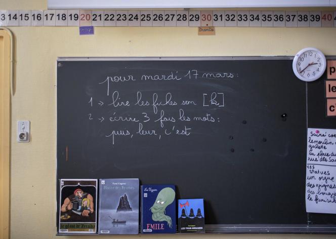 Devoirs maison prévus pour le 17 mars, permier jour du confinement, dans une classe de l'école élémentaire Tourtille, dans le 20e arrondissement de Paris, la veille.