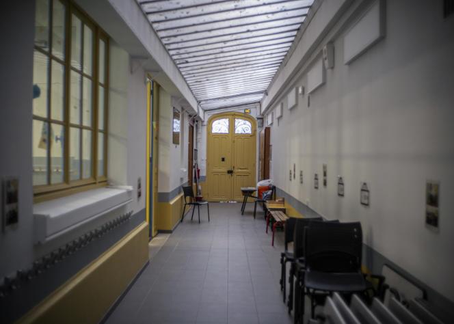 Porte d'entrée de l'école élémentaire Tourtille, dans le 20e arrondissement de Paris, le 16 mars 2020.
