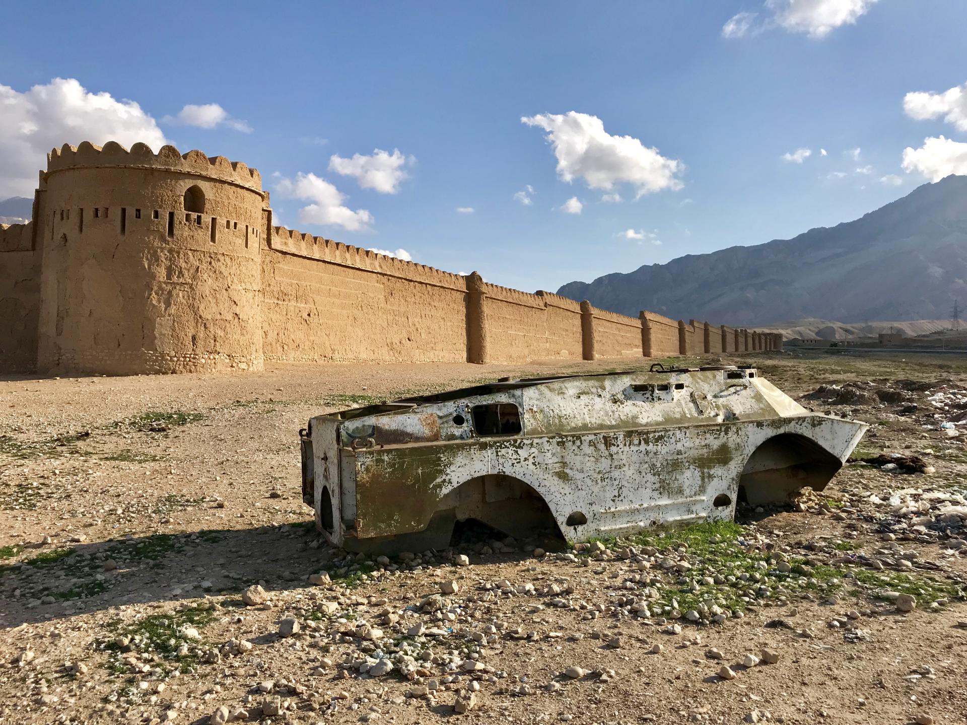 La carcasse d'un tank soviétique devant les remparts du palais de Jahan Nama, au nord de l'Afghanistan.