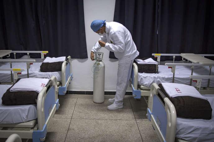 Vérification d'une bouteille d'oxyègne. Hôpital militaire de Nouaceur, au sud de Casablanca, le 18 avril 2 020. (Photo by FADEL SENNA / AFP)