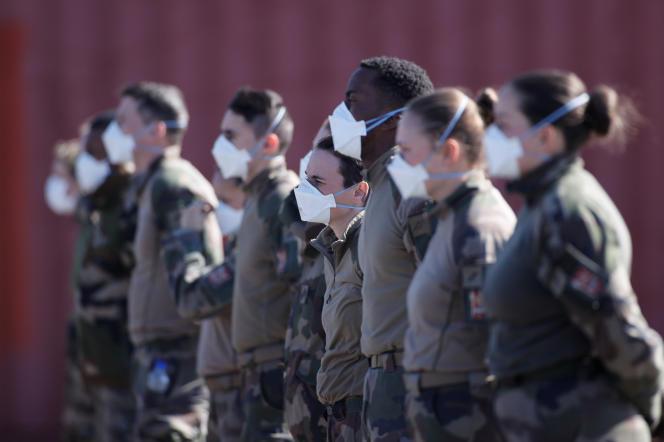 Des soldats français ont installé un hôpital de campagne pour désengorger l'hôpital de Mulhouse saturé par l'afflux de malades atteints par le coronavirus, le 23 mars 2020.