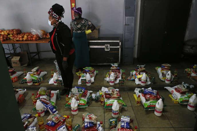 Distribution de colis alimentaires à Pretoria, capitale sud-africaine, le 16 avril 2020.