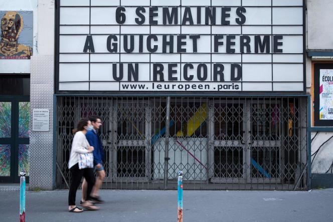 Un message affiché sur la façade de L'Européen à Paris, le 22 avril, évoque avec humour la fermeture des salles de spectacles depuis la mi-mars.