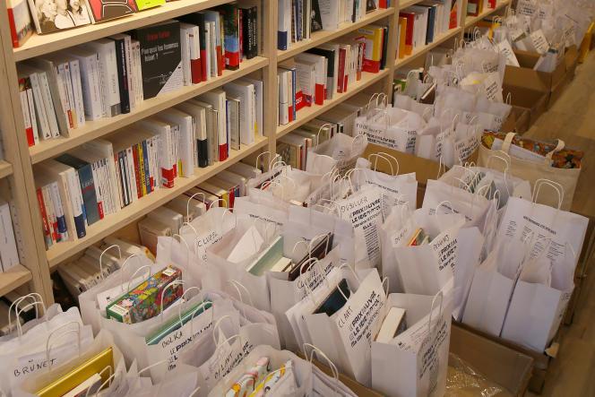 Une libraire prépare des commandes dans une boutique de Lille, le 23 avril.