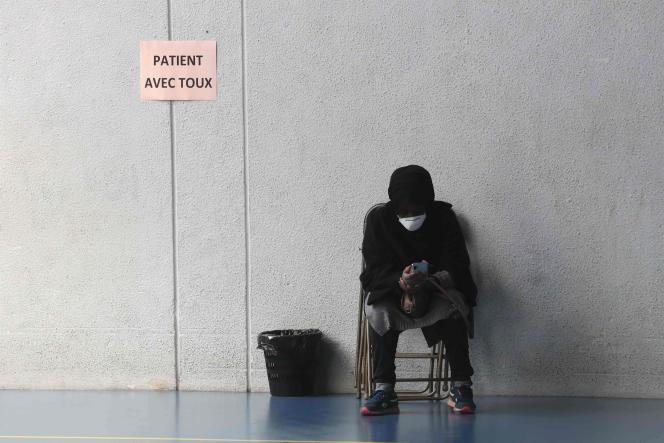 Une personne à la sortie du centre de diagnostic de Taverny (Val-d'Oise), le23mars.