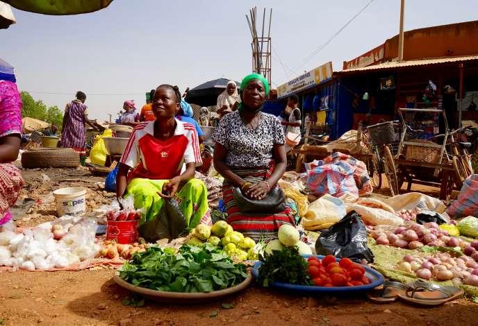 Rosalie et sa mère Madeleine Nikiema à leur stand de légumes, à la mi-avril 2020, sur un marché deOuagadougou.