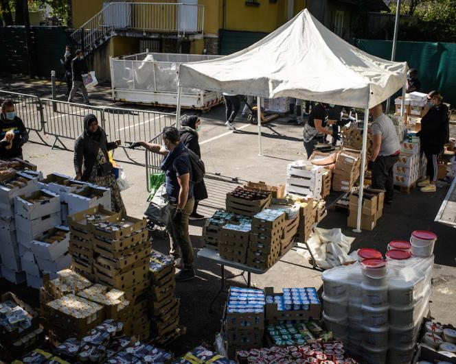 Distribution de nourriture à Clichy-sous-Bois (Seine-Saint-Denis), le 15 avril.