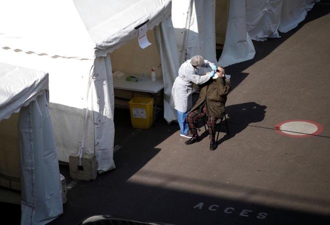 Test de dépistage du Covid-19 pratiqué devant la mairie du 17e arrondissement, à Paris, le 27 mars.