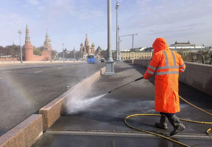 Un employé de la ville désinfecte les rues de Moscou, près de la place du Kremlin, le 24 avril.