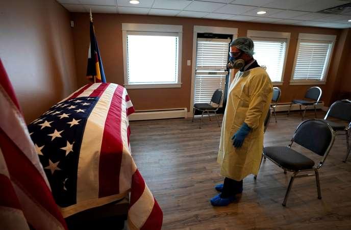 Le directeur des pompes funèbres pour les vétérans devant le cercueil de George Trefren, 90ans, un vétéran de la guerre de Corée, mort des suites du Covid-19, le23avril à Denver, dans le Colorado.