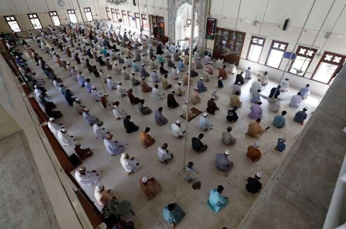 Respect de la distance de sécurité lors de la prière du vendredi, le 24 avril à Karachi (Pakistan).