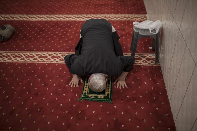 Un homme prie à la mosquée Tahara, lors d'une émission de radio à huis clos destinée aux fidèles confinés à la maison, à Marseille, le 24 avril.