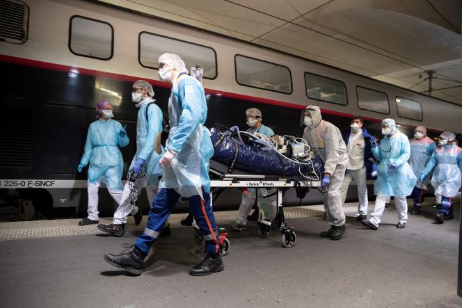 Evacuation d'un patient atteint du Covid-19 vers la Bretagne, à la gare d'Austerlitz, à Paris,le 1er avril.