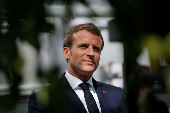 Le président Emmanuel Macron parle à des agriculteurs, le 22 avril, en Bretagne.