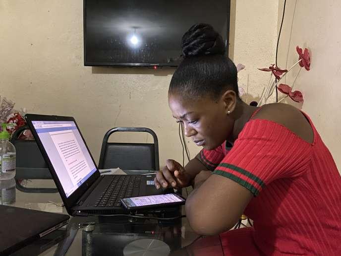 Depuis la fermeture des écoles et des universités au Cameroun le 17 mars 2020, Joy Ngong Tsinghe, qui vit à Douala, continue d'étudier le journalisme grâce à WhatsApp. Elle rêve de travailler un jour pour CNN.