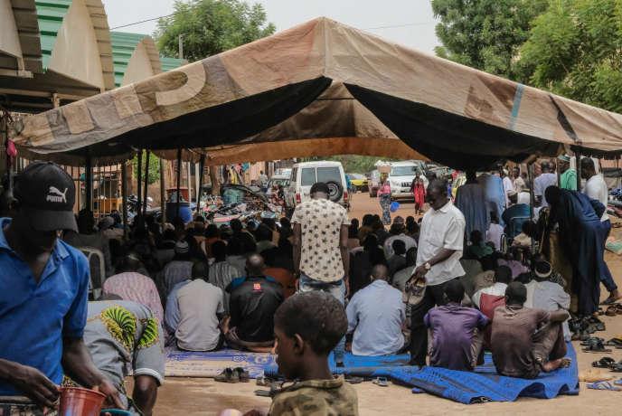 Malgré le coronavirus, des centaines de fidèles sont venus prier dans la mosquée de l'imam Mahmoud Dicko pour le premier vendredi du ramadan. A Bamako, le 24avril 2020.