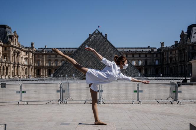 La danseuse et chorégraphe syrienne Yara al-Hasbani devant le musée du Louvre, à Paris, le 22 avril.