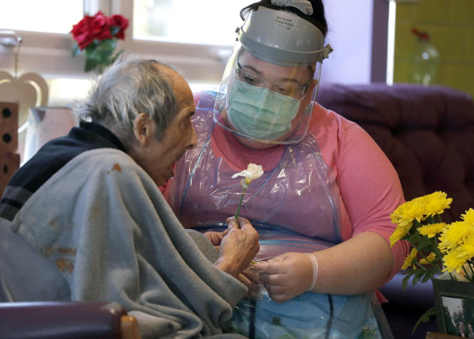 Une infirmière s'occupe d'un résident d'une maison de retraite, à Selston, en Angleterre, le 20 avril.