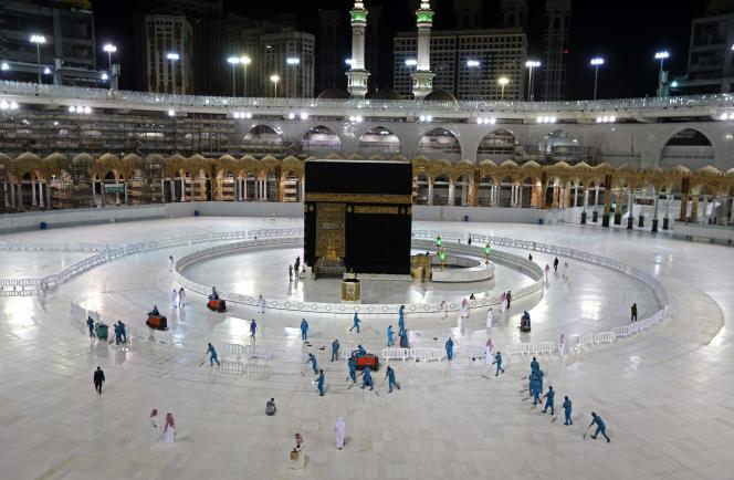 Du personnel désinfecte les environs de la grande mosquée désertée de La Mecque, en Arabie saoudite, vendredi 24 avril.