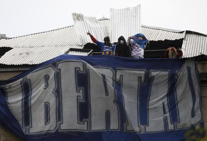 Des détenus protestent sur le toit du centre de détention de Devoto lors d'une émeute, Buenos Aires, le vendredi 24 avril 2020.