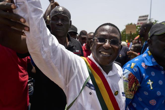 L'opposantSoumaïla Cissé salue ses supporters lors d'une marche le 15 septembre 2018, à Bamako. (Photo by MICHELE CATTANI / AFP)