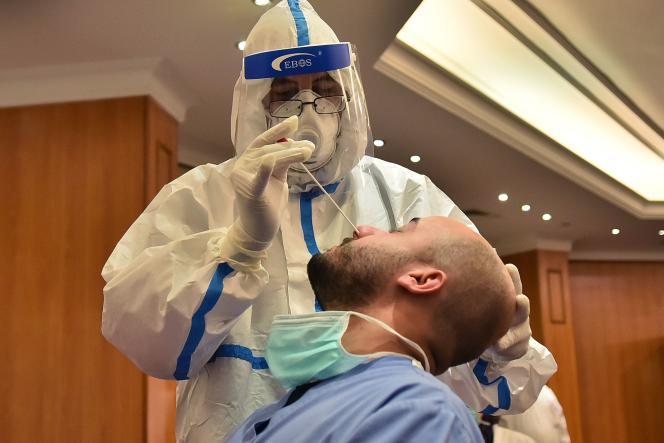 Le prélèvement est effectué en enfonçant profondément un écouvillon dans le nez. Ici à Beyrouth (Liban), le 24 avril.