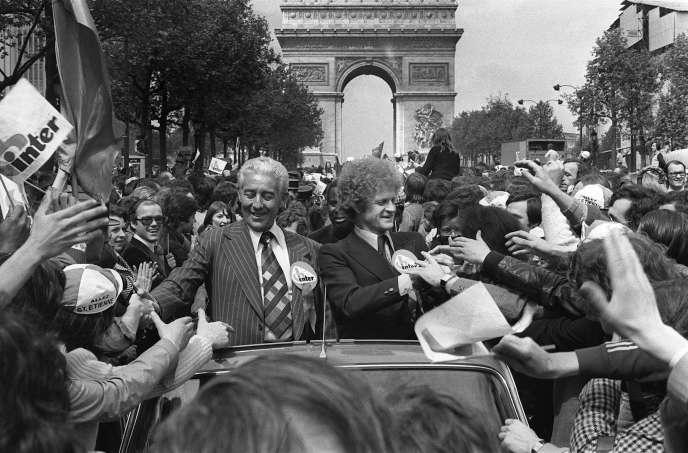 Le président du club de Saint-Etienne, Roger Rocher, et l'entraîneur de l'équipe, Robert Herbin, défilent sur les Champs-Elysées, le 13 mai 1976.